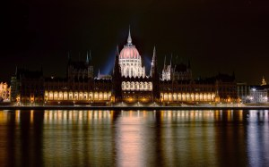 Budapest_Parlament_by_night_WUXGA