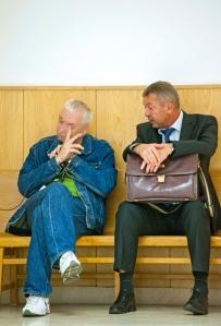 Győr, 2014. szeptember 16. Védőügyvédjével, Plentner Nándorral (j) beszélget az előzetes letartóztatásról döntő tárgyalás előtt a Győri Járásbíróság folyosóján 2014. szeptember 16-án az a férfi, aki a gyanú szerint szeptember 14-én három embert megkéselt egy győri kocsmában. Az 53 éves gyanúsított italozás közben két fiatalabb vendéggel került szóváltásba; távozott, majd nem sokkal később két konyhakéssel tért vissza; a teraszon ülő két haragosát mellkason és hastájékon, a segítségükre siető pultos nőt nyakon szúrta. A férfit több emberen elkövetett emberölés kísérletével gyanúsítják. MTI Fotó: Krizsán Csaba