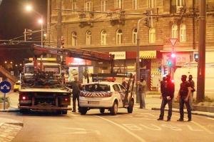 Budapest, 2014. szeptember 19. Elszállítanak egy rendõrautót Budapesten, a Baross téren, ahol a Központi Nyomozó Fõügyészség (KNYF) felkérésére szolgálatban lévõ rendõröket fogtak el a Terrorelhárítási Központ munkatársai 2014. szeptember 19-én hajnalban. Az MTI úgy tudja: a TEK azokra a rendõrökre csapott le, akik korábban a Baross téren elfogták azt a férfit, aki egy embert megsebesített, többeket pedig megfenyegetett riasztópisztollyal a fõváros VII. kerületében. MTI Fotó: Mihádák Zoltán