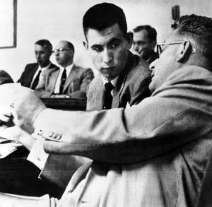 John Gilbert Graham az ügyvédével a törvényszéken