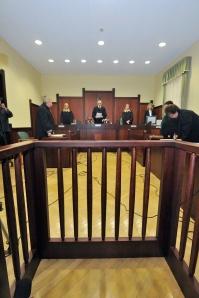 Szeged, 2014. október 3. Mezőlaki Erik tanácsvezető bíró (középen) ismerteti az ítéletét az ároktői bandaként elhíresült hat vádlott ügyében a Szegedi Ítélőtáblán 2014. október 3-án. Az ügyben kirendelés folytán eljáró bíróság a lényegi vádpontokat tekintve helyben hagyta a Fővárosi Ítélőtáblának a Fővárosi Törvényszéken januárban hozott elsőfokú ítéletét. MTI Fotó: Kelemen Zoltán Gergely