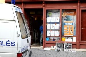 Veszprém, 2014. október 4. Helyszínelõk dolgoznak Veszprémben a Rákóczi utcában 2014. október 4-én, ahol fegyverrel fenyegetõzve raboltak ki egy utazási irodát. Lövés nem dördült, senki nem sérült meg. A támadó, egy férfi elmenekült a helyszínrõl. MTI Fotó: Nagy Lajos