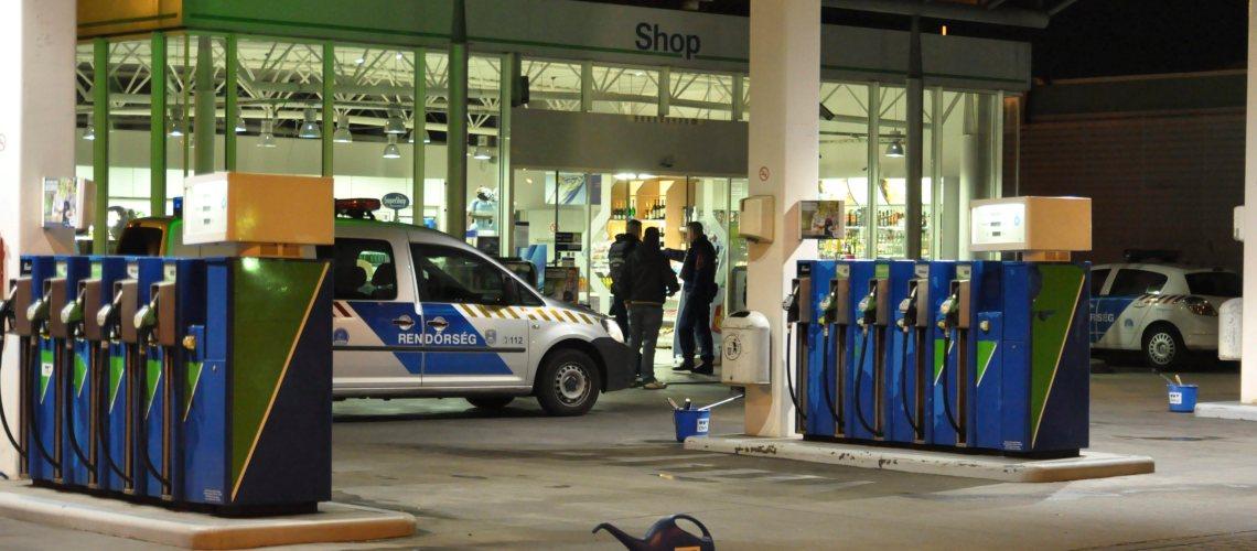 Budapest, 2015. április 2.  Rendõrök egy benzinkútnál Budapesten a IX. kerületi Gyáli úton, amelyet kiraboltak 2015. április 1-jén este. Egy ismeretlen férfi bement az üzemanyagtöltõ állomásra, az alkalmazottat egy fegyverrel vagy annak utánzatával megfenyegette, a készpénz átadását követelte. A tettes lövést nem adott le, személyi sérülés nem történt. MTI Fotó: Mihádák Zoltán
