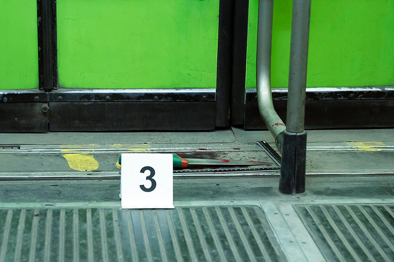 Budapest 2015. április 19. Egy kés, amellyel megszúrtak egy férfit egy 37A jelû villamoson az Élessarok megállónál 2015. április 18-án késõ este. A két támadó elmenekült, a sérült férfit kórházba vitték. MTI Fotó: Lakatos Péter