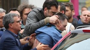 Giulio Murolot beszállítják a rendőrautóba