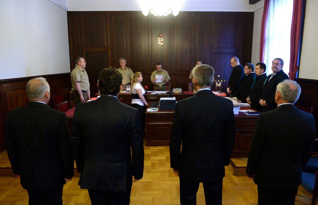 Budapest, 2015. június 5. A vádlottak, Laborc Sándor, az NBH volt fõigazgatója, Püski László, a Zömök Kft. biztonsági cég vezetõje, Szilvásy György, a Gyurcsány-kormány titokminisztere és Galambos Lajos, az NBH volt fõigazgatója (háttal b-j) hallgatják Ruzsás Róbert dandártábornok, tanácselnök bírót (k) az úgynevezett kémügy másodfokú tárgyalásának ítélethirdetésén a Fõvárosi Ítélõtábla tárgyalótermében 2015. június 6-án. A bíróság másodfokú végzésével megsemmisítette az elsõfokú, elmarasztaló ítéletet és új eljárásra utasított a Szilvásy György volt titokminiszter, a Nemzetbiztonsági Hivatal (NBH) két korábbi vezetõje, valamint egy magánszemély ügyében kémkedés vádjával folyó büntetõperben. MTI Fotó: Bruzák Noémi