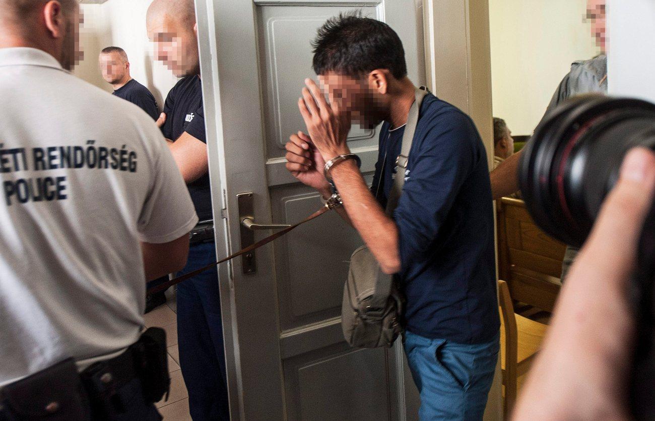 Kecskemét, 2015. augusztus 29. Az ausztriai A4 autópályán hagyott autóban 71 menekült halálát okozó bûncselekménnyel összefüggésben õrizetbe vett egyik gyanúsítottat vezetik elõ az elõzetes letartóztatásról döntõ tárgyalásra a Kecskeméti Járási Bíróságon 2015. augusztus 29-én. A Kecskeméti Járási Ügyészség minõsített embercsempészés bûntette miatt indítványozta a bûncselekménnyel összefüggésben õrizetbe vett három bolgár és egy afgán embercsempész elõzetes letartóztatását. MTI Fotó: Ujvári Sándor